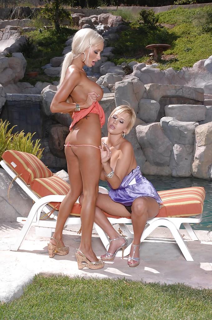 Блондинки с искусственной грудью шалят на шезлонге в позе 69
