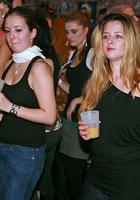Мужской персонал ночного клуба трахает посетительниц в разгар вечеринки 5 фотография