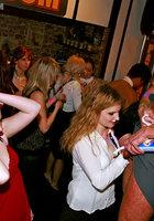 Мужской персонал ночного клуба трахает посетительниц в разгар вечеринки 7 фотография