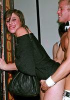 Мужской персонал ночного клуба трахает посетительниц в разгар вечеринки 12 фотография