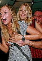 Мужской персонал ночного клуба трахает посетительниц в разгар вечеринки 14 фотография