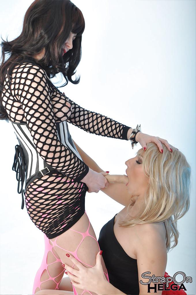 Лесбияночка в полной юбке берет в рот страпон надетый на шатенку