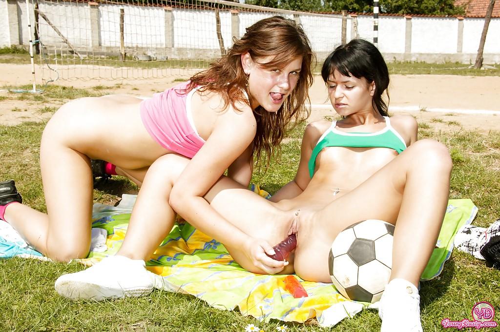 20-летние футболистки имеют себя самотыками прямо на поле