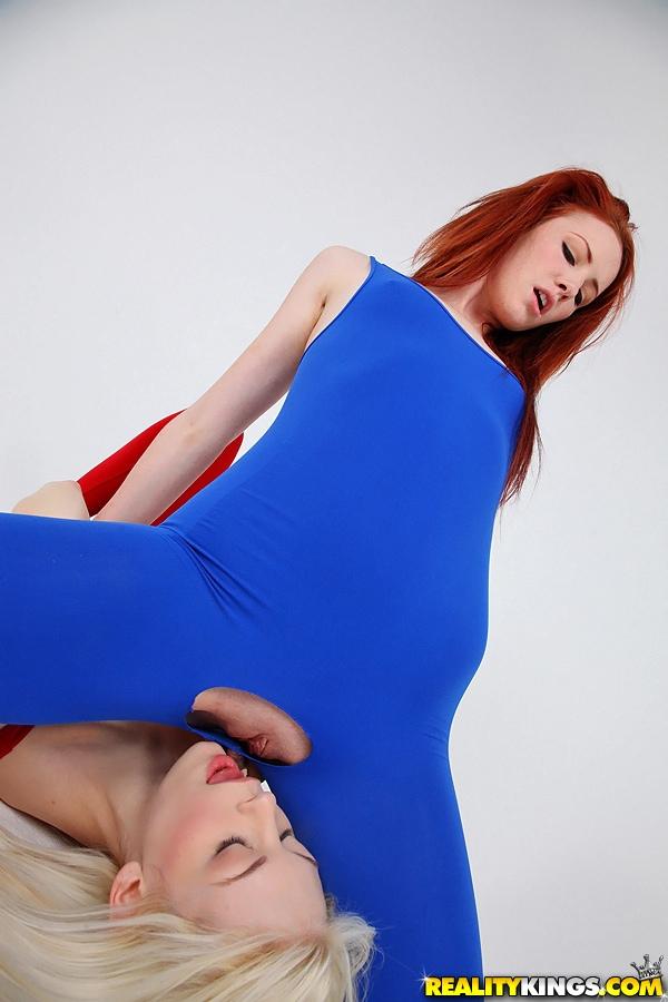 Молодые лесби в обтягивающих комбинезонах занимаются оральными ласками на полу секс фото