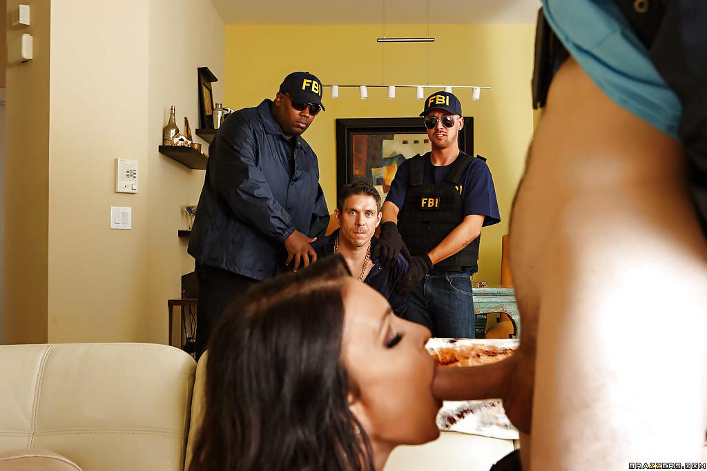Темненькая милфа берет в рот писюн перед супругом и двумя агентами ФБР