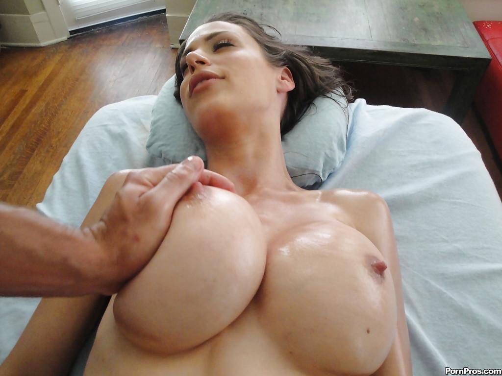 Мастер обкончал лицо девушки с искусственными дойками после массажа