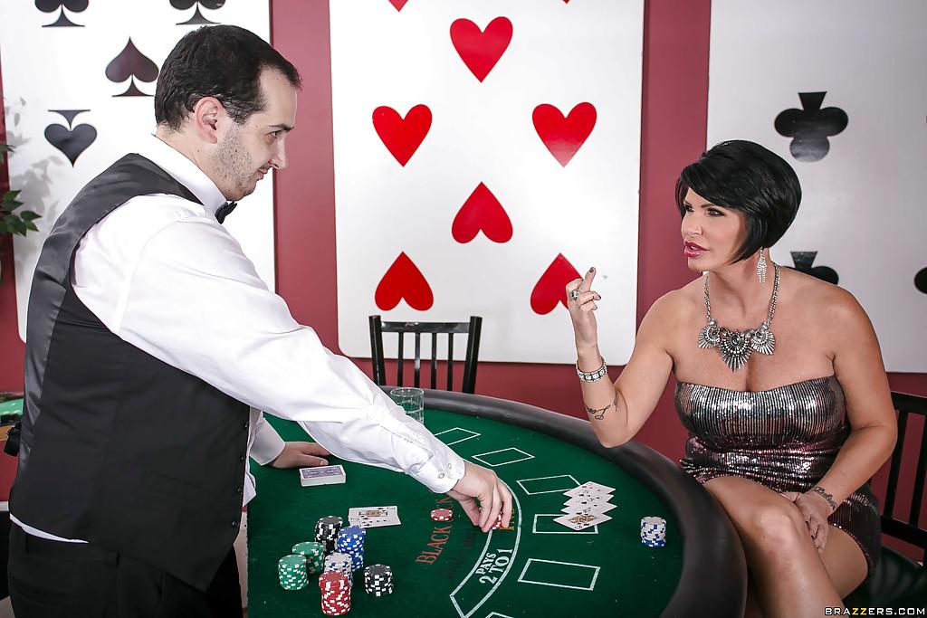 Обеспеченная зрелка отсасывает пенис крупье в подсобке казино