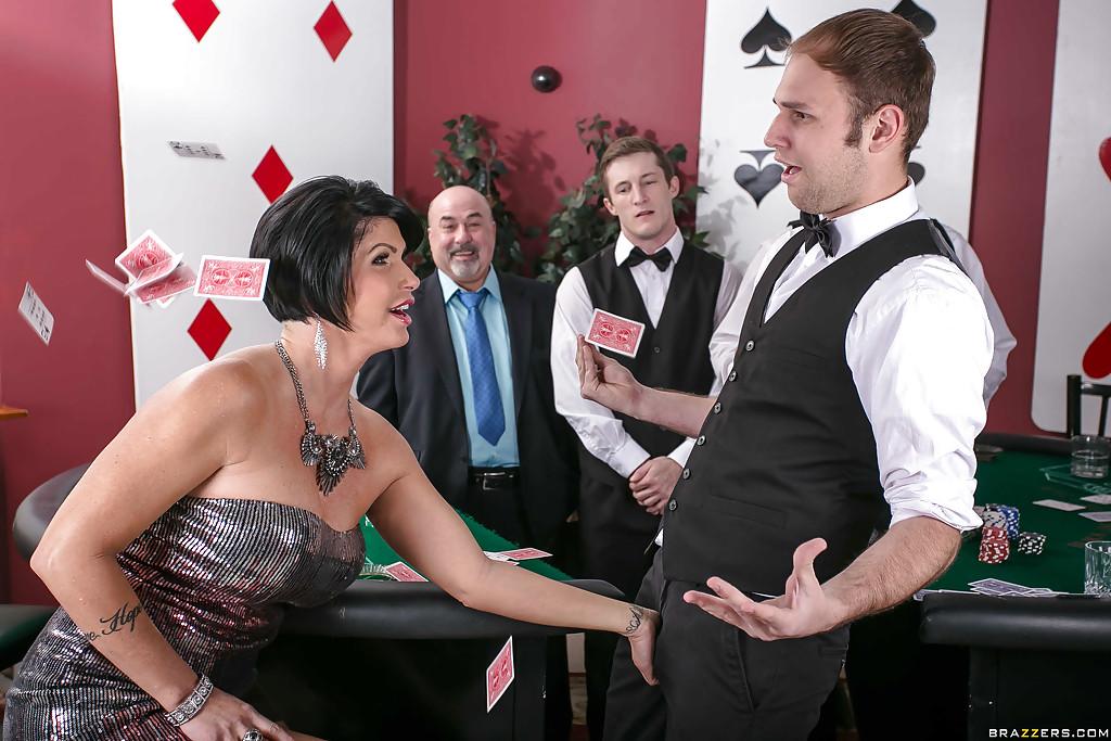 Обеспеченная мамочка лижет болт крупье в подсобке казино секс фото