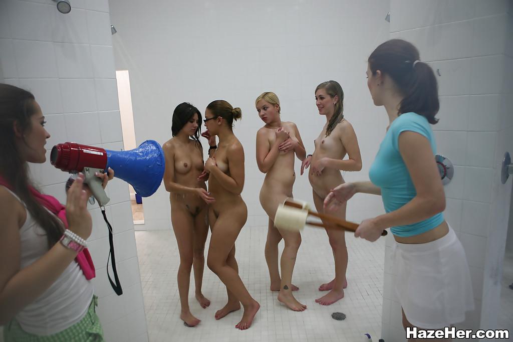 Смуглые лесбиянки организовали групповуху в душевой
