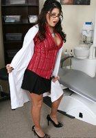 Медсестра носящая очки выставляет напоказ попу в медицинском кабинете 3 фотография