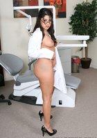 Медсестра носящая очки выставляет напоказ попу в медицинском кабинете 12 фотография