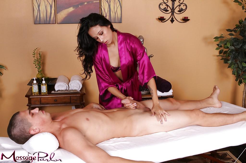 Совершеннолетняя брюнетка с торчащими сосками целует фаллос вместо массажа секс фото