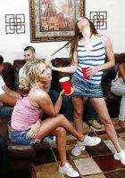 Уйдя в спальню на вечеринке тип поимел двух выпивших развратниц 2 фотография