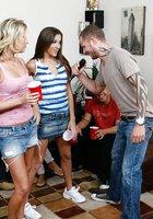 Уйдя в спальню на вечеринке тип поимел двух выпивших развратниц 3 фотография