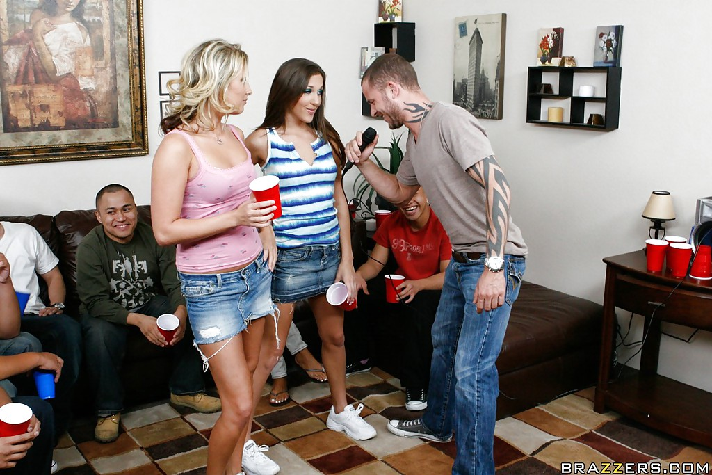Уйдя в спальню на вечеринке тип поимел двух выпивших развратниц смотреть эротику