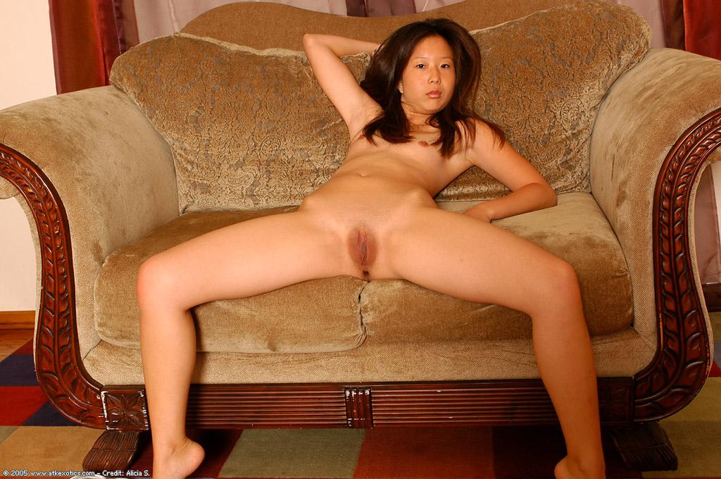 На диване 18 летняя азиатская дама показывает небольшие груди