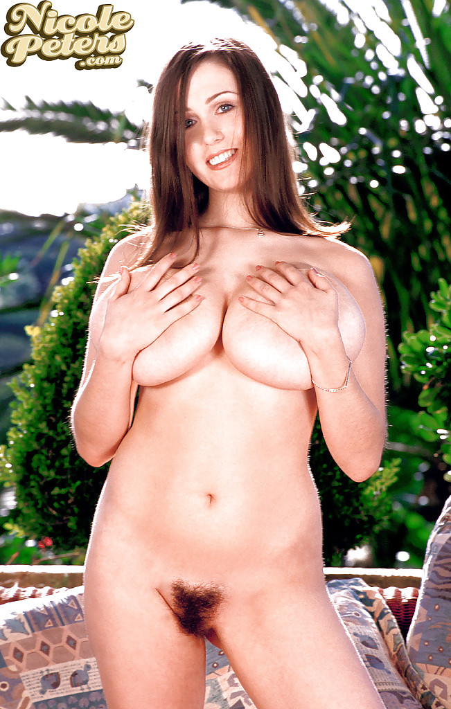 Крупная чика с волосатой киской обнажила огромный бюст в общественных местах секс фото
