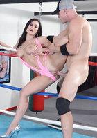 42 летняя брюнетка с интим стрижкой трахается со спортсменом на ринге 9 фотография