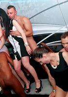 Озабоченные телочки участвуют в оргии в частном клубе 12 фотография