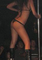 Азиатки в нижнем белье двигаются вокруг пилона в стриптиз-клубе 1 фотография