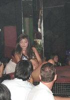 Азиатки в нижнем белье двигаются вокруг пилона в стриптиз-клубе 4 фотография