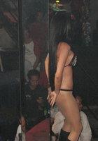 Азиатки в нижнем белье двигаются вокруг пилона в стриптиз-клубе 5 фотография