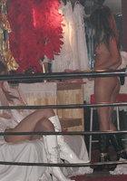 Азиатки в нижнем белье двигаются вокруг пилона в стриптиз-клубе 6 фотография