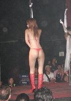 Азиатки в нижнем белье двигаются вокруг пилона в стриптиз-клубе 10 фотография