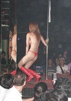 Азиатки в нижнем белье двигаются вокруг пилона в стриптиз-клубе 12 фотография