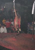 Азиатки в нижнем белье двигаются вокруг пилона в стриптиз-клубе 14 фотография