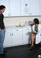 Мускулистый пациент трахает в кабинете очкастую медсестру 1 фотография