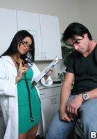 Мускулистый пациент трахает в кабинете очкастую медсестру 2 фотография
