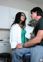 Мускулистый пациент трахает в кабинете очкастую медсестру 3 фотография