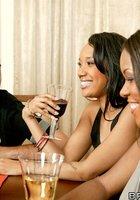 Светлокожие парни жарят выпивших негритянок после совместного ужина 4 фотография