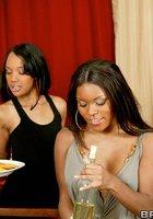 Светлокожие парни жарят выпивших негритянок после совместного ужина 5 фотография