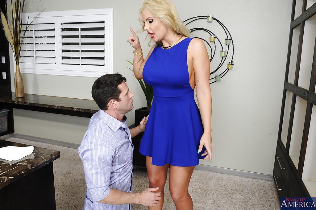 Мужик кончил на жопу блондинистой мамки после секса в разных позах