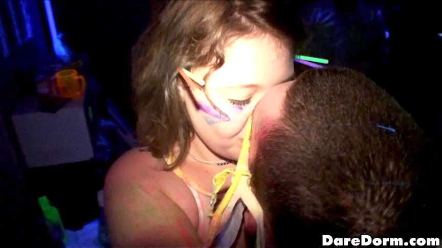 Пьяные студентки шалят с парнем во время вечеринке в общаге 1 фотография