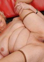 Блондинистая бабушка совокупляется с молодым парнем на красном диване 16 фотография