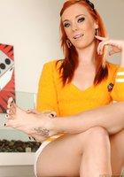 Рыжая красотка хвастается ножками с педикюром на пуфе 4 фотография