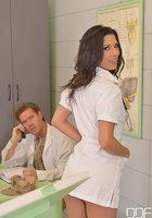 Врац целуется с медсестрой, пока пациент дрючит её в задницу 1 фотография