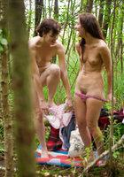 Лесбиянки надевают трусики и одежду после секса в лесу 2 фотография