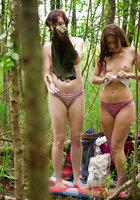 Лесбиянки надевают трусики и одежду после секса в лесу 5 фотография