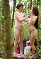Лесбиянки надевают трусики и одежду после секса в лесу 6 фотография