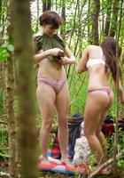 Лесбиянки надевают трусики и одежду после секса в лесу 7 фотография