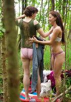 Лесбиянки надевают трусики и одежду после секса в лесу 8 фотография