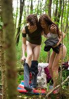 Лесбиянки надевают трусики и одежду после секса в лесу 10 фотография