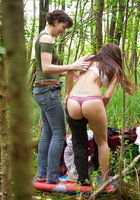 Лесбиянки надевают трусики и одежду после секса в лесу 11 фотография