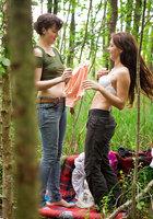 Лесбиянки надевают трусики и одежду после секса в лесу 14 фотография