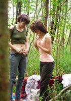 Лесбиянки надевают трусики и одежду после секса в лесу 15 фотография
