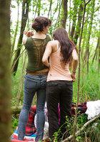Лесбиянки надевают трусики и одежду после секса в лесу 16 фотография